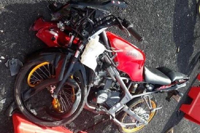Kawasaki Ninja RR150 hancur tabrak trotoar.