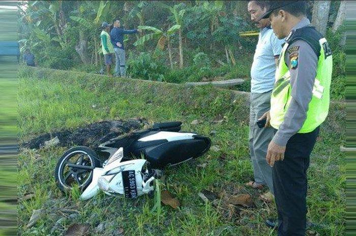 Warga Blitar geger karena mendapatkan mayat beserta motor Honda BeAT tergeletak di pinggir jalan
