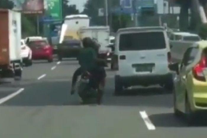 Pemotor masuk jalan tol Tomang-Grogol, Jakbar.