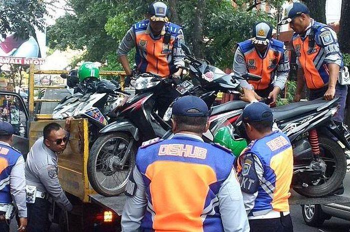 Sejumlah motor diangkut petugas