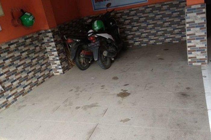 Parkiran indekost Candro dimana dia kehilangan motor Honda BeATnya.
