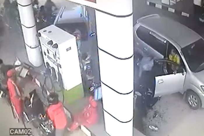 Pom bensin di Randublatung, Blora hancur ditabrak mobil.