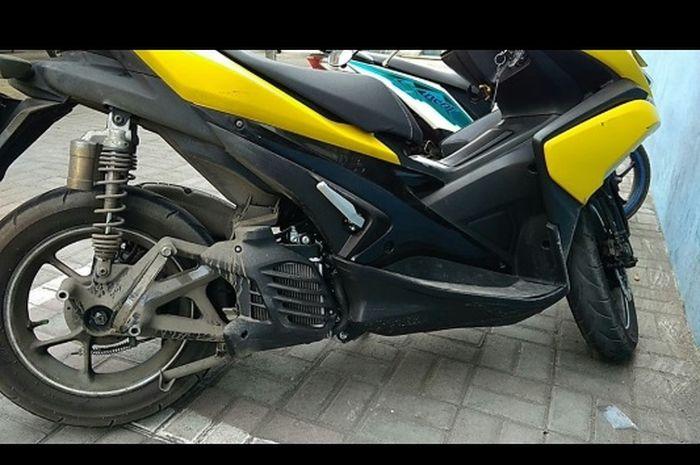 Knalpot Yamaha Aerox tiba-tiba terlepas dan terjatuh di jalan