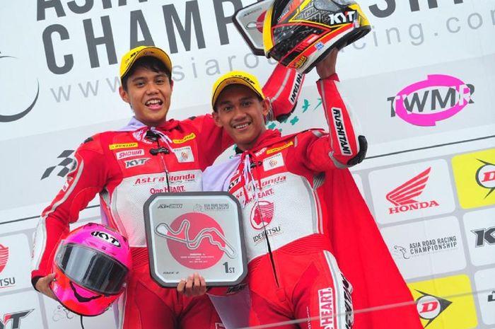 Awhin Sanjaya dan Irfan Ardiansyah merayakan kemenangan AHRT di AP250 race 2 ARRC Jepang