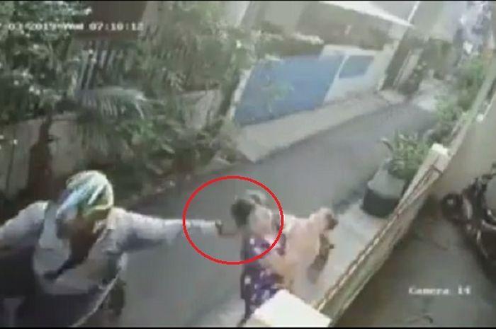 Jambret bermotor mencuri kalung seorang wanita