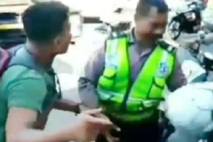 Pemotor mengamuk dan pukul anggota polisi di Makassar.