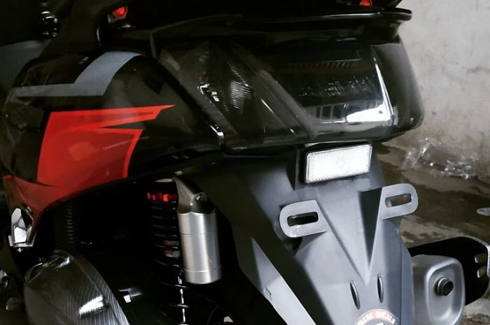 Sepatbor Yamaha NMAX dipotong dan dibentuk meruncing.