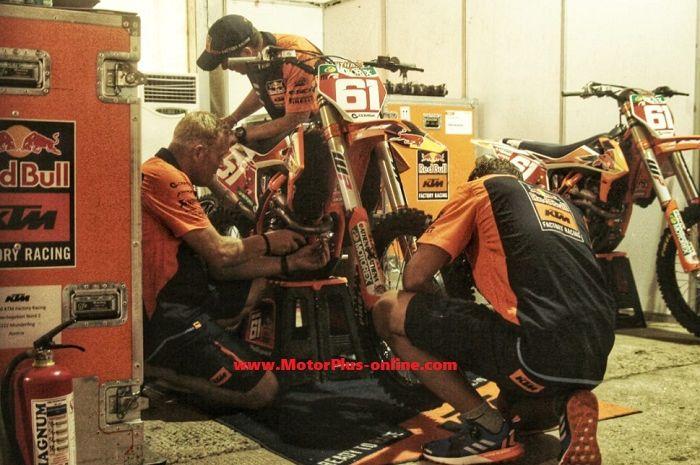 Suasana di paddock tim KTM.