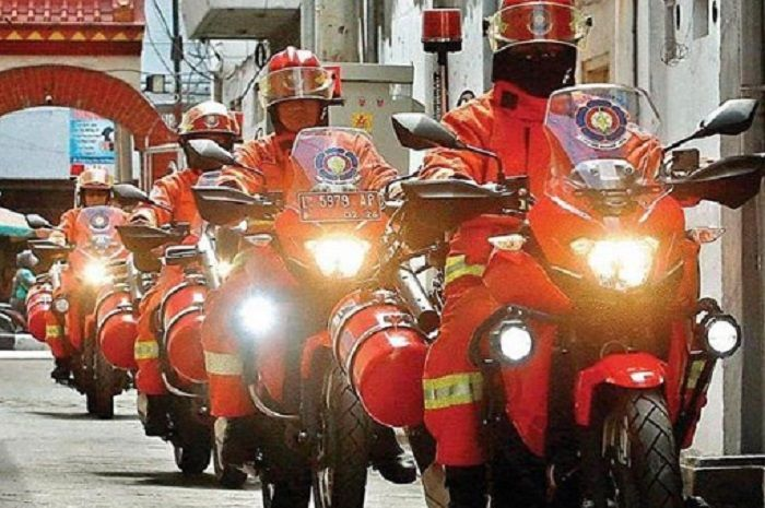 Petugas pemadam kebakaran naik Kawasaki Versys 250.