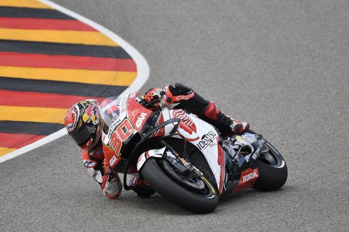 Takaaki Nakagami masih dibebat cedera pergelangan kaki kiri berhasil menyelesaikan balapan MotoGP Jerman 2019 dan finis meraih poin
