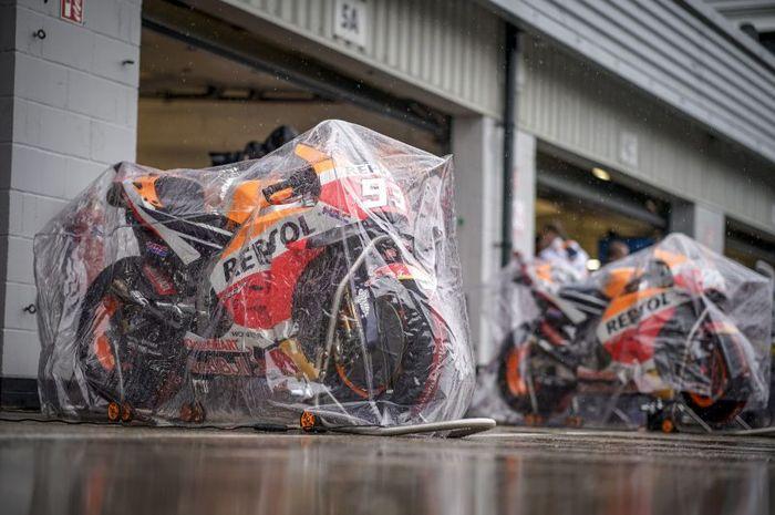 Permukaan sirkuit Silverstone sudah beberapa kali dilapis ulang, MotoGP Inggris 2018 dibatalkan karena cuaca buruk dan banyak genangan air di lintasan