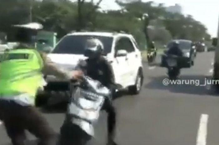 Pemotor hampir menabrak polisi