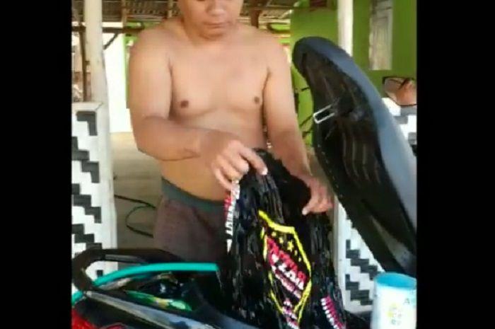Pemilik Yamaha NMAX asyik membilas pakaian di bagasi motor.