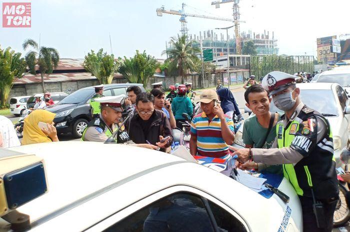 Razia polisi di gerbang perumahan Graha Raya Pinang Tangerang