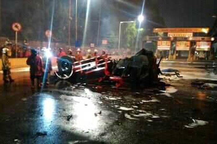 Truk tangki BBM yang terbakar di pintu tol Rawamangun