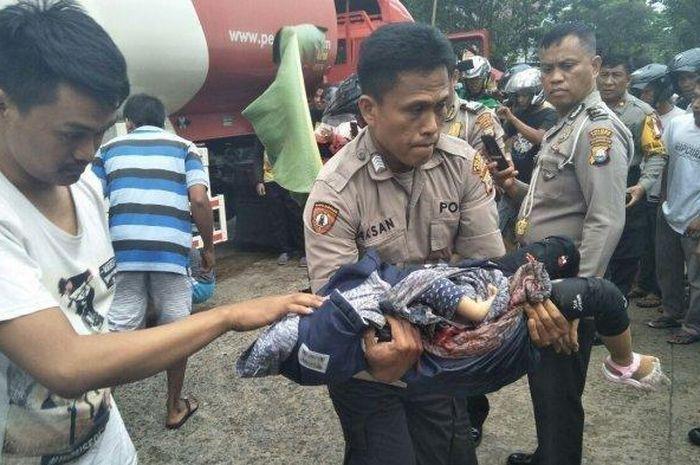 Satu keluarga tewas terlindas truk tangki BBM Pertamina saat hendak menyalip