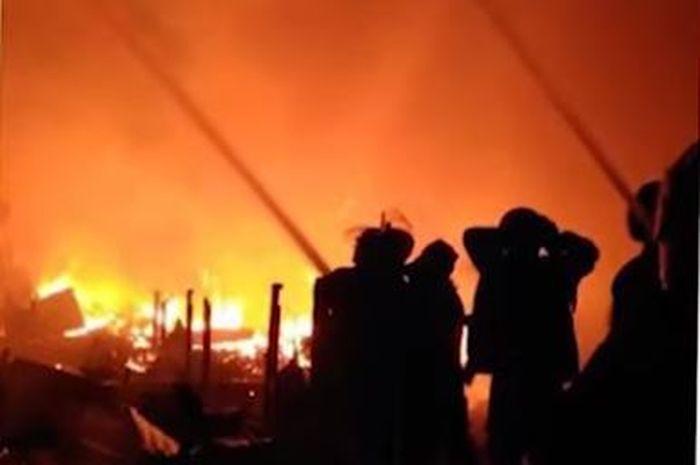 Ilustrasi rumah terbakar.
