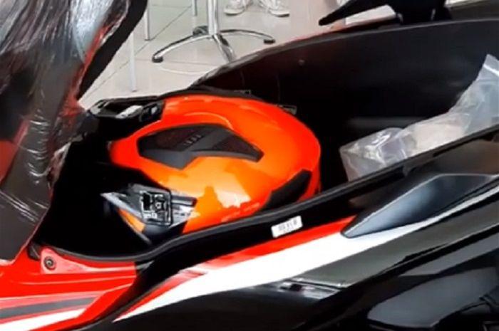 Helm dengan mudah masuk ke bagasi Honda ADV 150.