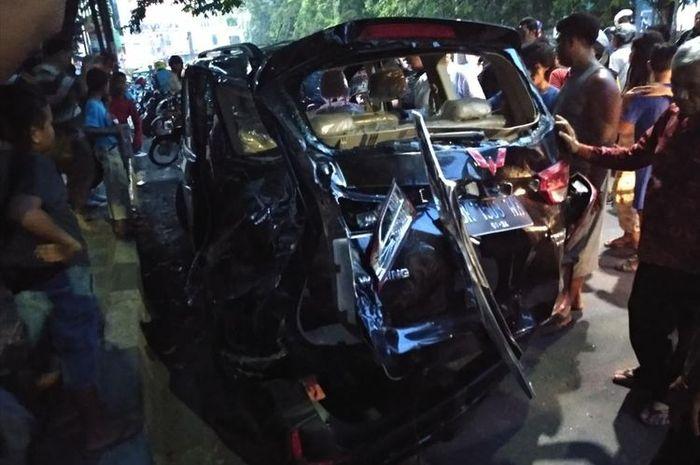 Sebuah mobil terpental mengenai motor setelah ditabrak kereta api di Medan