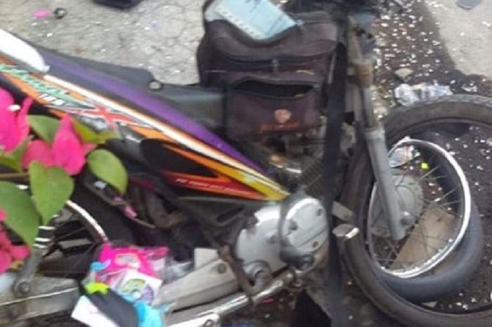 Motor Honda Kharisma X milik pedagang mainan hancur usai bertabrakan dengan mobil di Sukoharjo, Minggu (28/7/2019).