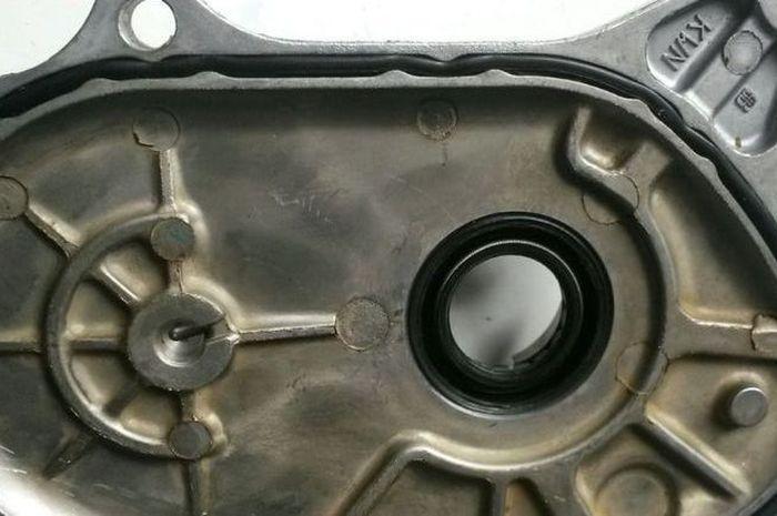 Karet sil bis bocor akibat tekanan dalam karter kelewat tinggi karena kebanyakan oli