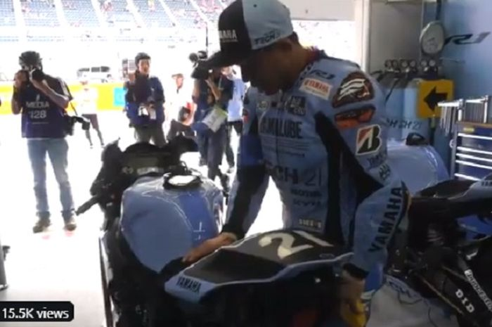 Katsuyuki Nakasuga menaburkan garam di sekitar motornya