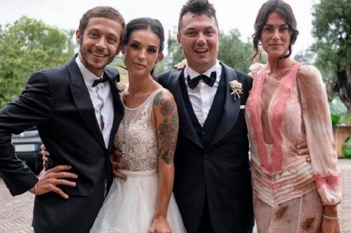 Teman kecil Valentino Rossi, Uccio (kedua dari kanan), dengan pengantin perempuan (kedua dari kiri sebelah Rossi)