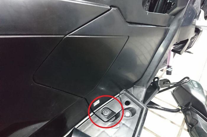Untuk membuka cover bodi ini hanya membuka satu trim clip