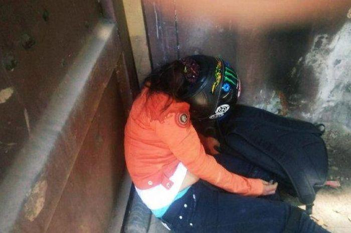 Seorang wanita korban kecelakaan tewas saat dibawa ke rumah sakit menggunakan kontainer