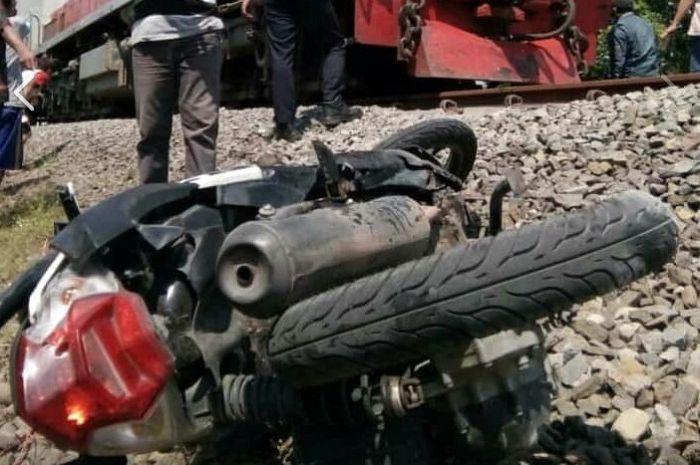 Honda BeAT hancur ditabrak kereta di Pasuruan, Jatim.
