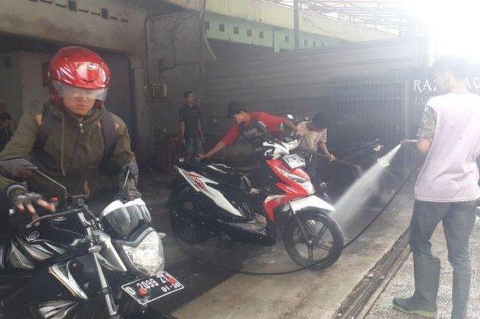 Tempat cuci motor Razzaaq yang pasang tarif cuma Rp 5.000
