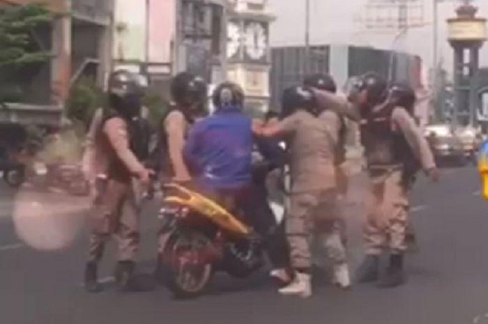 Pemotor dikeroyok gerombolan Satpol PP di Medan, Sumut.