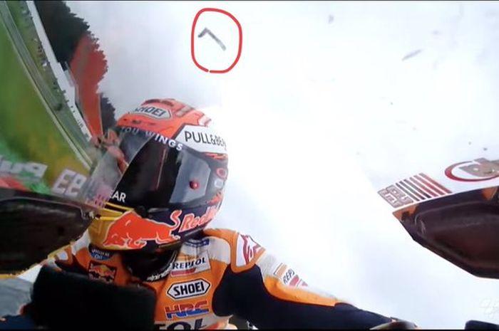 Serpihan pelindung tuas rem kanan motor Marc Marquez patah dan terbang saat duel di tikungan terakhir MotoGP Austria 2019