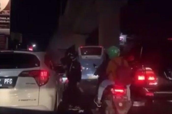 Pemotor terlibat perkelahian dengan pengendara mobil yang buang sampah sembarangan di daerah Jaksel.