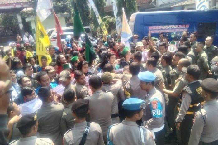 Unjuk Rasa di Cianjur berakhir ricuh