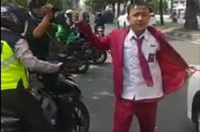 Pelajar SMK ngamuk dan melawan polisi saat ditilang di Medan.