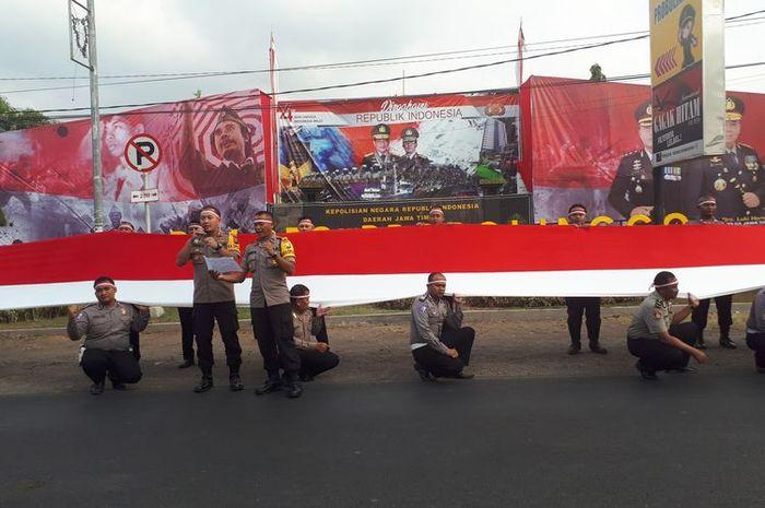 Polisi bentangkan bendera merah putih