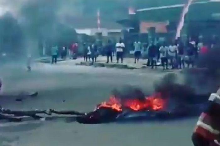Jalanan di Manokwari diblokade massa