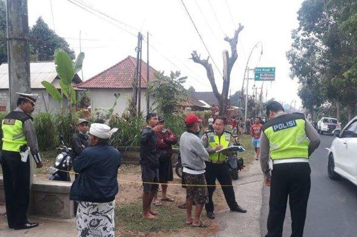 Polisi melakukan olah TKP di jalan raya jurusan Bangli-Susut