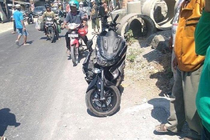 Yamaha NMAX dan mobil Suzuki Carry terlibat kecelakaan di Sukoharjo.