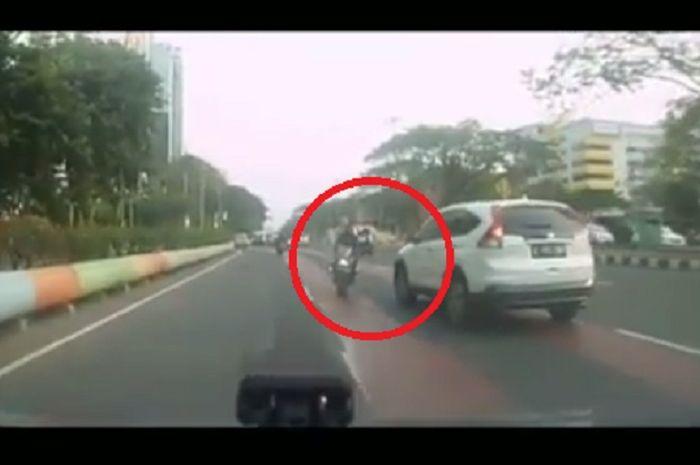 Nyaris adu banteng, pemotor nekat lawan arus di jalur ramai