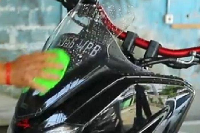 Cara mudah membersihkan windshield skutik Yamaha NMAX.