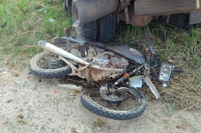 Motor dinas anggota polisi ringsek setelah ditabrak truk CPO, korban meninggal dunia.