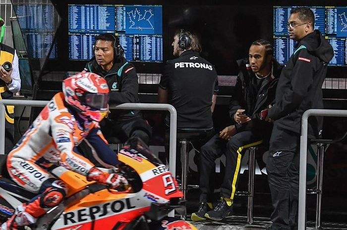 Lewis Hamilton saat bertandang ke paddock tim Yamaha Petronas SRT di MotoGP Qatar 2019