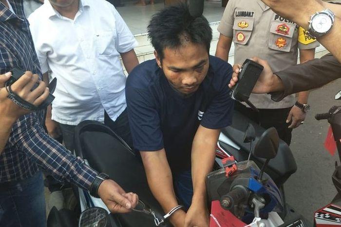 Empat pencuri sepeda motor diamuk dan ditelanjangi warga Jatinegara