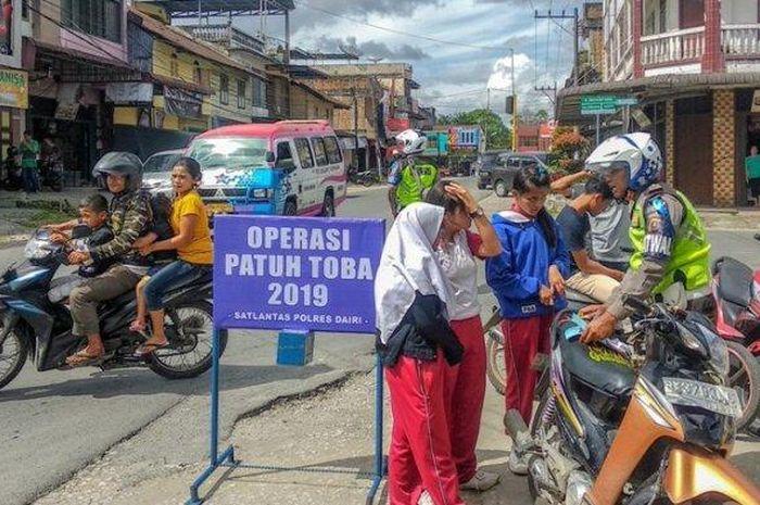 Polisi menindak tiga pelajar yang melakukan pelanggaran lalu lintas saat Operasi Patuh Toba 2019, Jumat (30/8/2019)