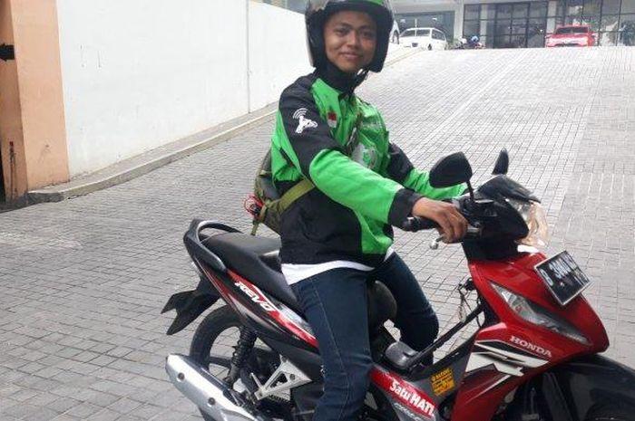 Rustam, driver ojol tuli yang sering ditolak penumpang