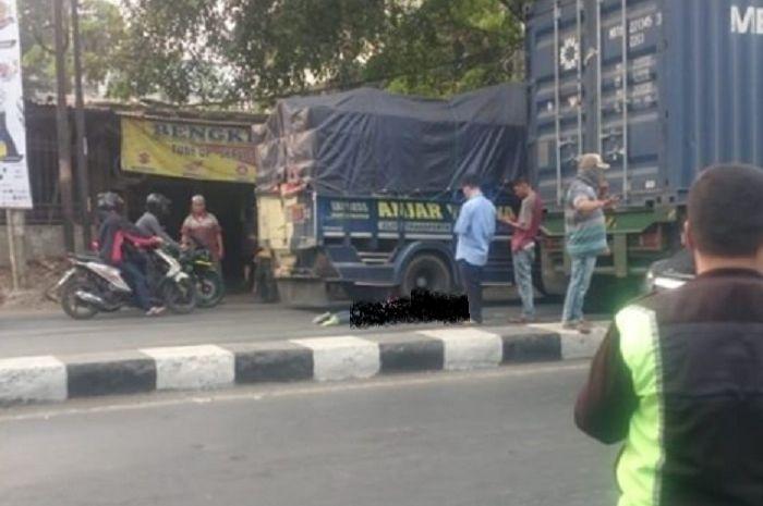 Kecelakaan yang melibatkan pemotor dengan kontainer, korban tewas setelah terlindas.
