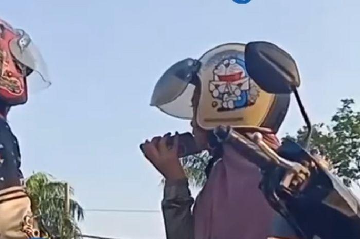 Pemotor wanita menangis saat terkena razia polisi