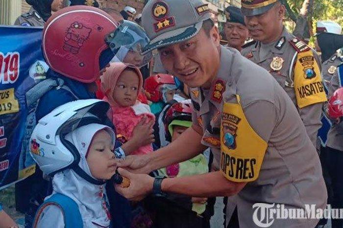 AKBP Ruruh Wicaksono membagikan helm gratis saat Operasi Patuh Semeru 2019